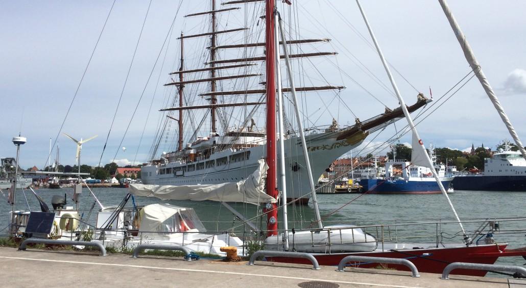 Sea Could backar in till sitt läge på Holmen i Visby. Lilla Nerthus i förgrunden.