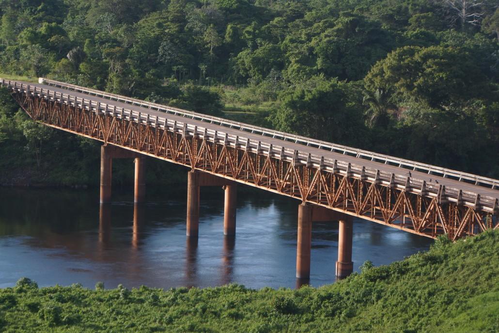 En av få broar över Surinamfloden, en bit upp nära ett kraftverk