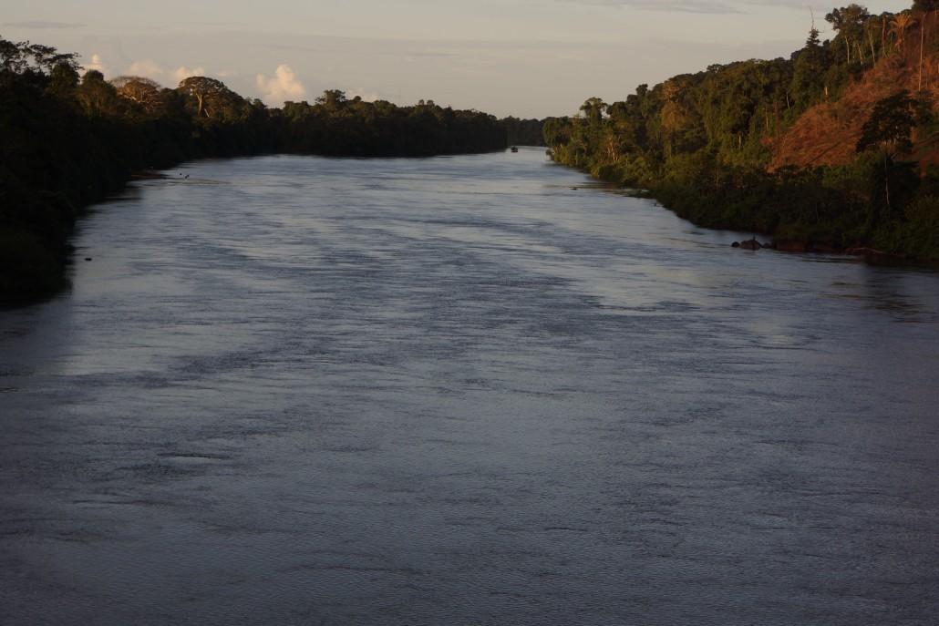 Floden innan den blivit färgad av sand längre ner