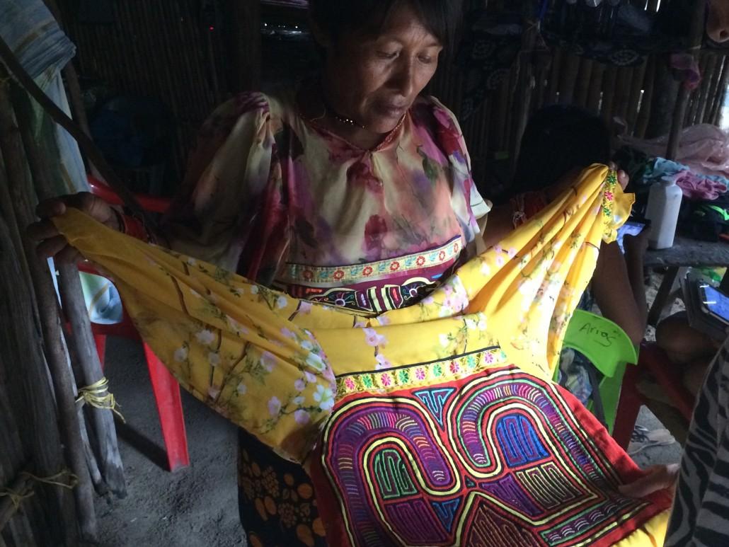 Kuna Yanakvinna som tillverkat en Mola.