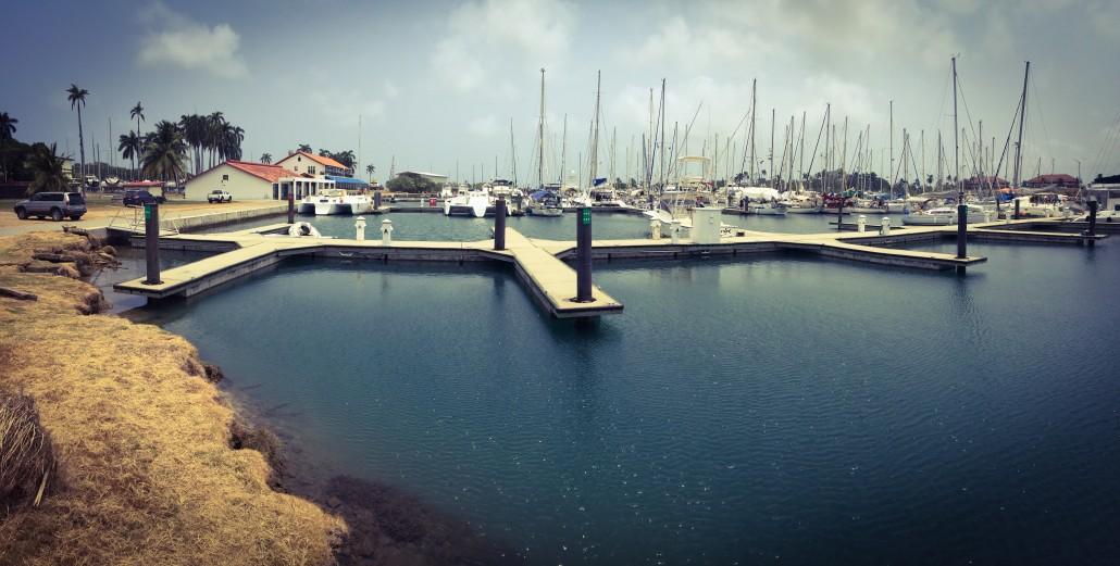 Shelter Bay Marina. Nerthus borta vid masterna.
