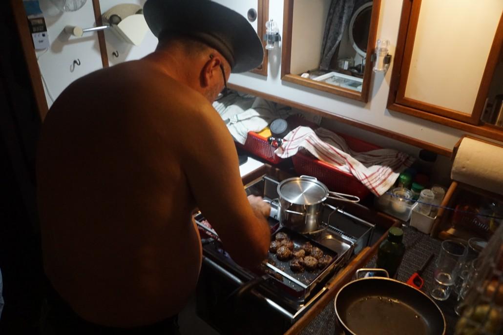 Micke lagar köttbullar i 32 gradig värme, mmmmm