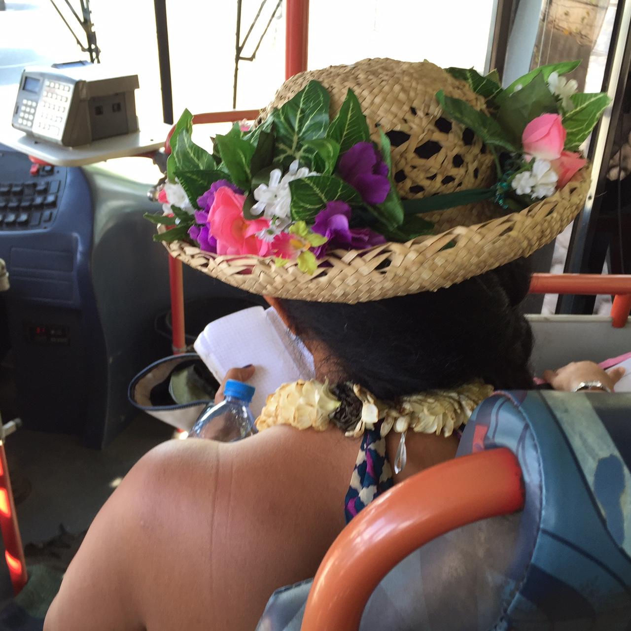 Lokal bussen många smyckar sig med blomster, färska eller konstgjorda