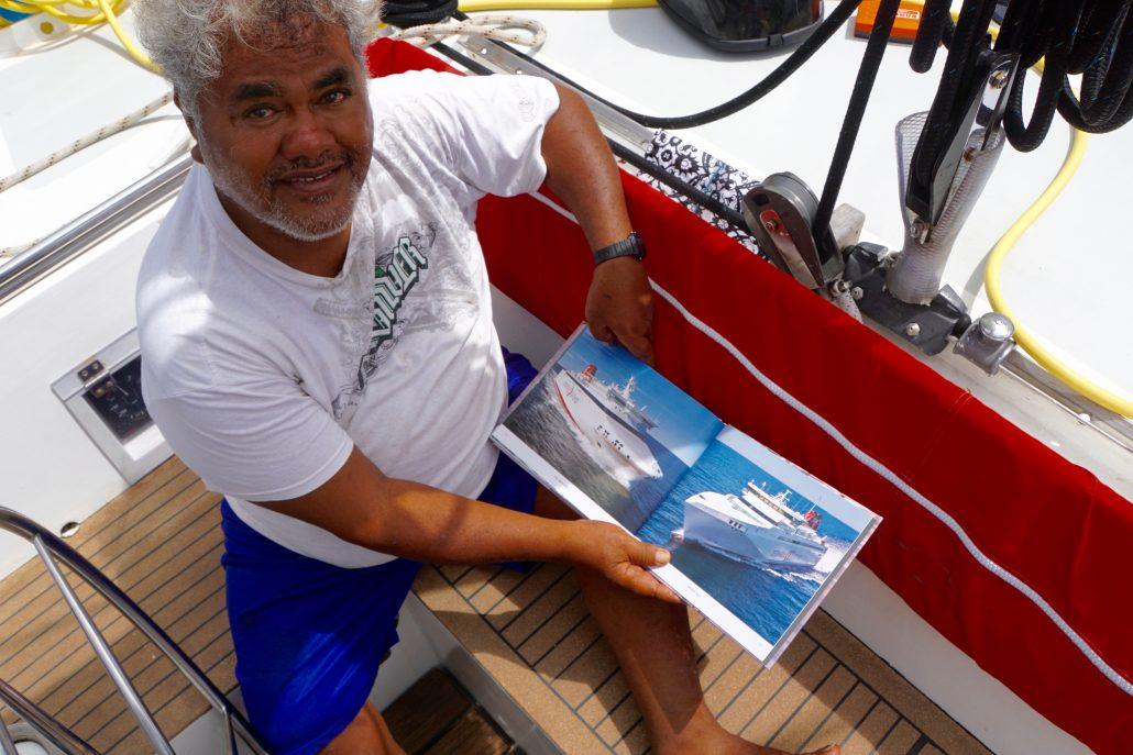 Marcello läser i Roland Heijdströms fina bok om Gotland. Att vi kommer från en ö ger avtryck här, mitt i det stora blå, the Pacific.
