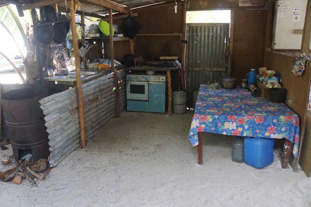 Köksavdelningen med ugnen till vänster i bild. Ett tak bredvid boningshuset med strandens sand på golvet.