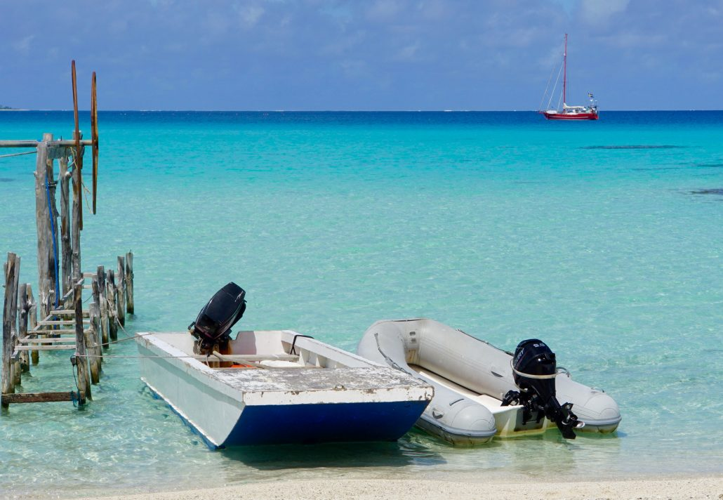 Tagen från stranden nedanför huset där Marcello o familjen lever. Två olika båttyper.
