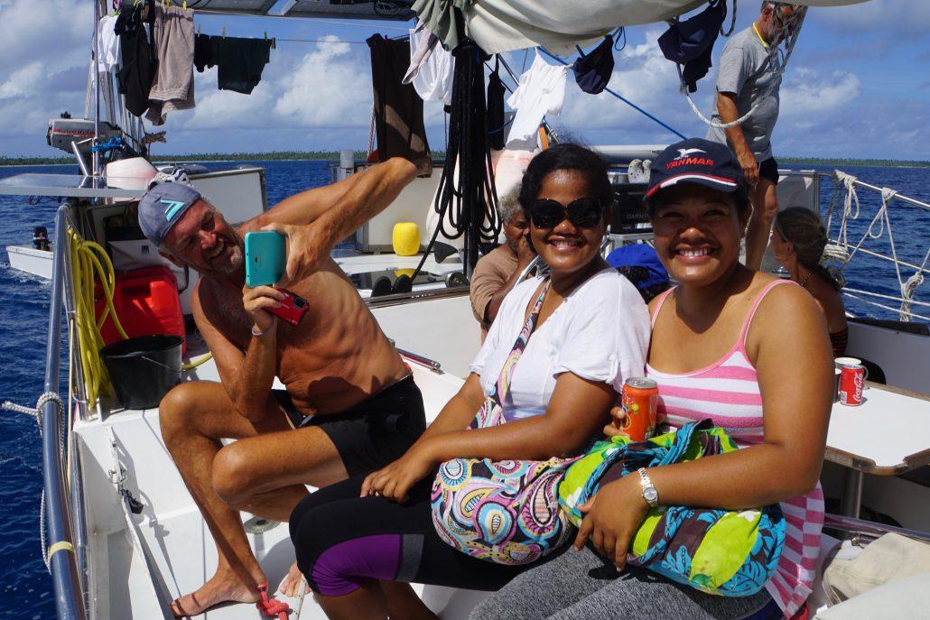 Uppklädda med väskor då vi tillsammans tog oss över lagunen ombord på Nerthus innan vi dök på vraket Seeadler.