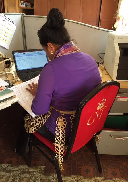 Sekreteraren som har en ovanligt kunglig arbetsstol.