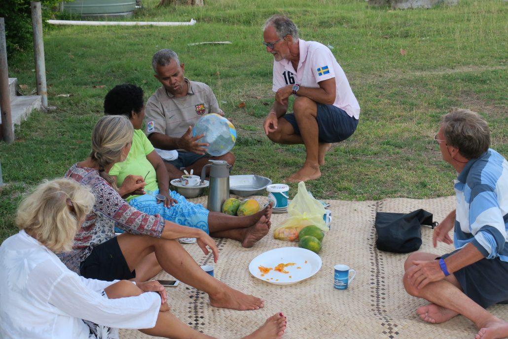 """Tillsammans med familjen """"Ratu"""". Här har dom fått en uppblåsbar jordglob."""