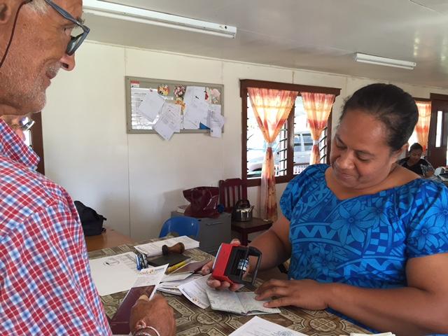 Inklarering hos Customs/Tull officer på Tongaögruppen Ha'apai. En varm och glad stämning, en hjälpsam Tongansk kvinna, med fin stämpel.