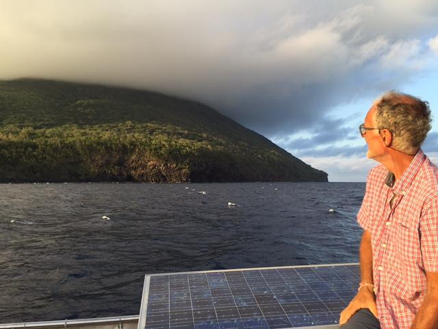 Vid denna vulkanö upphör Polynesien. Öppet hav i tre dygn väntar. Vi seglar in i Fijis övärld, Melanesien.