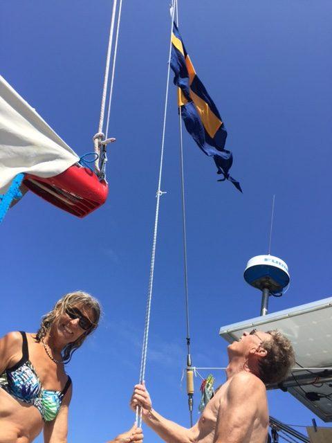Hoppsan, vår fina tvåtungade flagg har blivit sliten. Nu med ny besättning, känns det rätt att byta till en sprillans ny. Välkomna ombord Birgitta och Lennart.