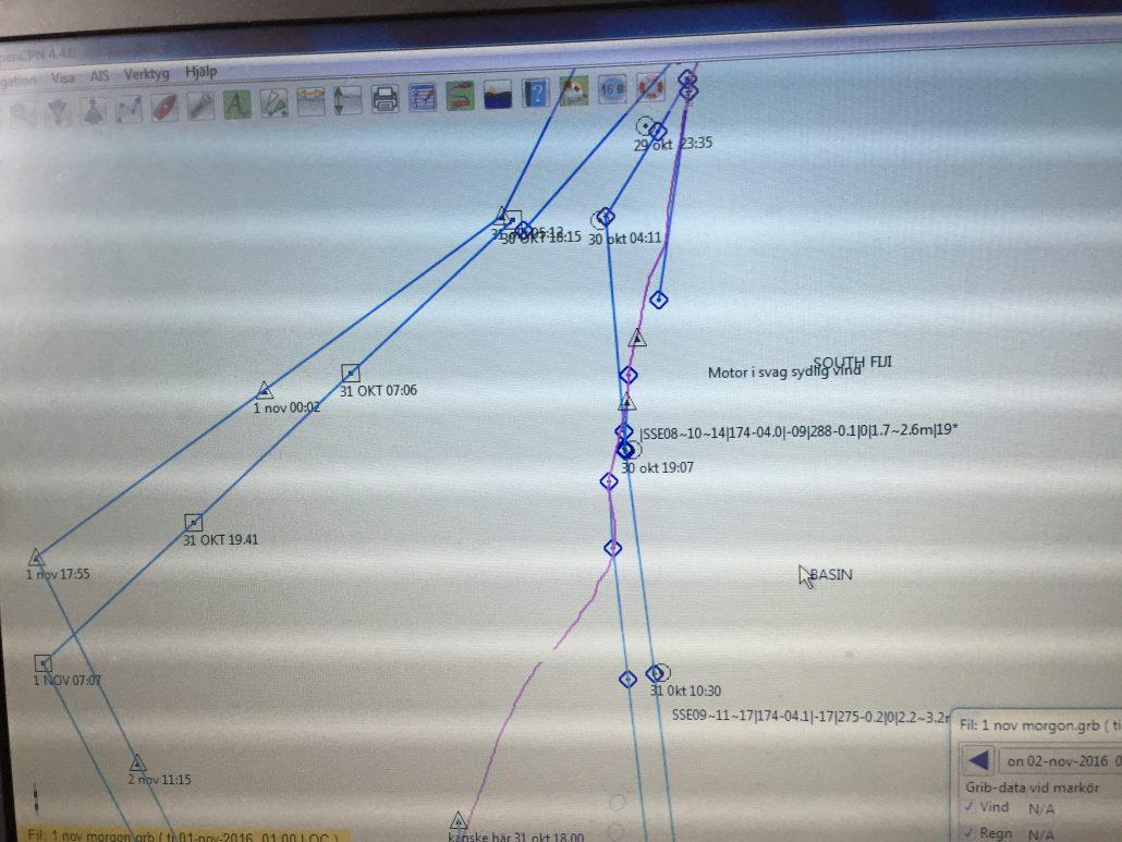 Så här såg vår pc-skärm ut under seglingen ner från Fiji. Flera tänkbara rutter utifrån väderprognoser. Vi är det röda strecket.