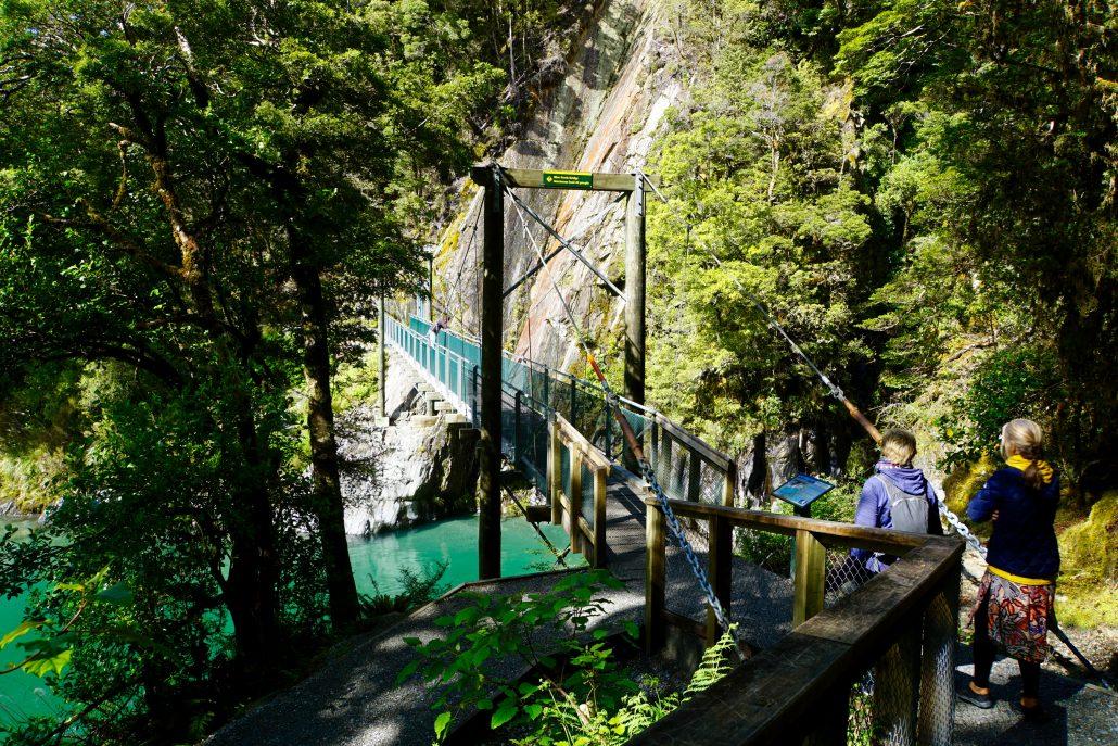 Maria och Anna på väg att gå över den smala hängbron över Blue Pools.