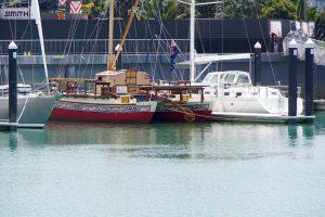 Den här polynesiska katamaranen mötte vi i Tonga. Nu i Auckland. Den seglar för att lära ut o bevara den lokala kunskapen i navigation.