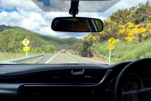 Snart framme i Napier. Omväxlande raka och slingrande vägar.
